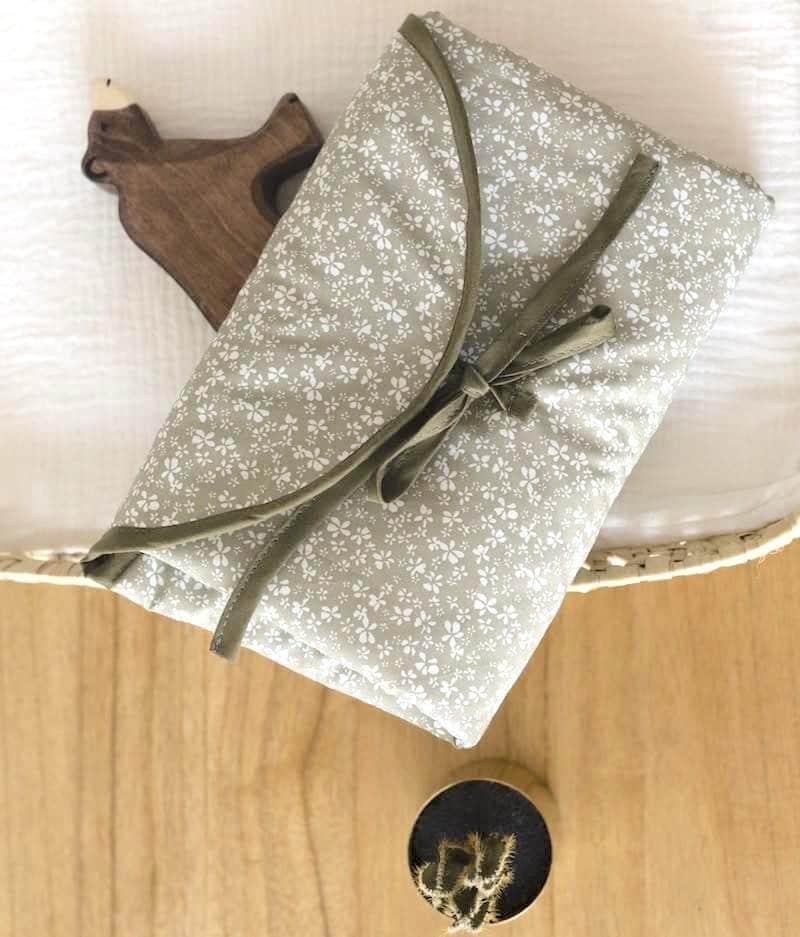 tapis-a-langer-bébé-fleuris
