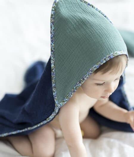Cape de bain bébé personnalisée made in France avec bébé - fleurs bleues