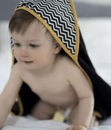 Cape de bain bébé personnalisée made in France avec bébé - colonel moutarde