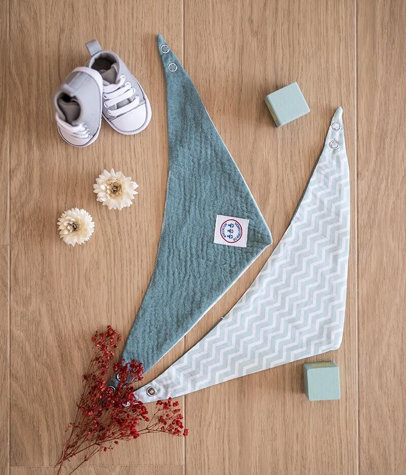 Bavoir bandana bébé personnalisé - fleurs bleues