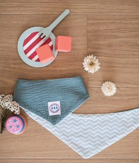 Bavoir bandana bébé personnalisé plié - fleurs bleues