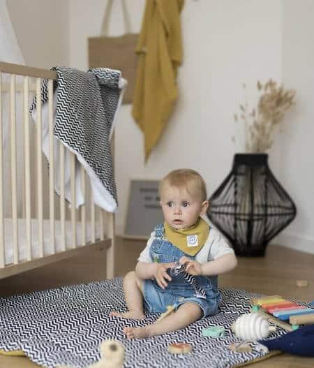 Bavoir bandana bébé personnalisé sur tapis - colonel moutarde