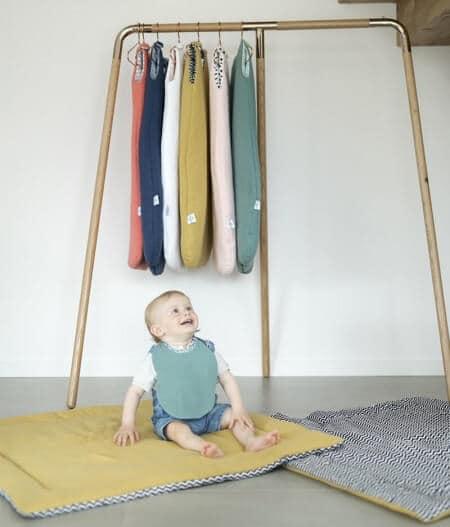 Bavoir bébé personnalisé sur tapis de jeux - fleurs bleues