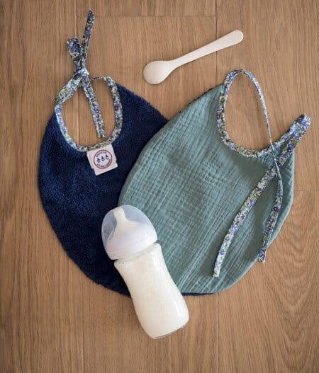 Bavoir bébé personnalisé - fleurs bleues