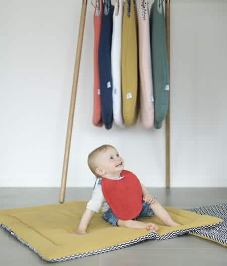 Bavoir bébé personnalisé made in france sur tapis - cocorico