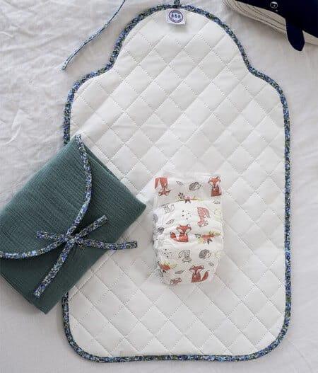 tapis à langer nomade made in france - fleurs bleues