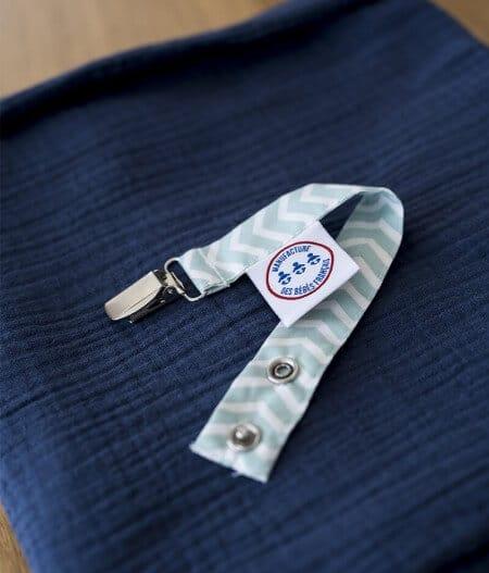 attache tétine personnalisée plié - fleurs bleues