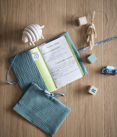 protège carnet de santé bébé personnalisé made in France - fleurs bleues